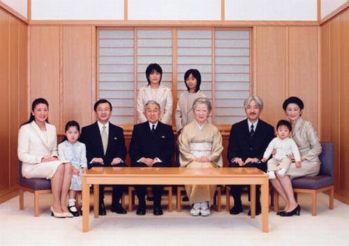 El Trono del Crisantemo : Las estrictas reglas de la monarquía japonesa Familia-imperial-japonesa