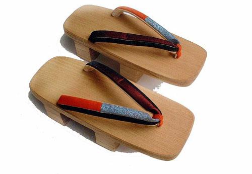 Estilos hay muchos pero las mas comunes son las de madera simple llamadas  dai que tienen una tira de tela que pasa entre el dedo gordo y el segundo  dedo del